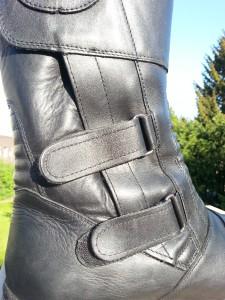 Nicht bloß für die Optik: Klettschnallen, die den Stiefel stufenlos an den Fuss anpassen.